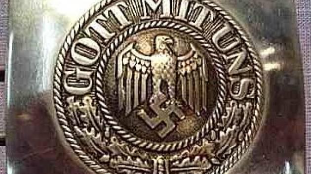 Tento symbol měl mladík na přezce opasku.