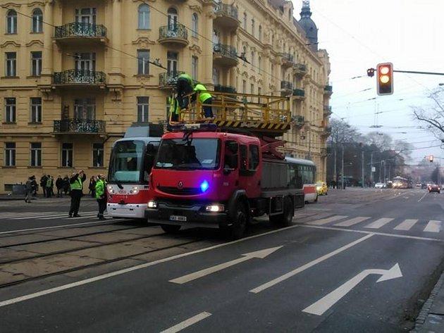 Tramvaji na Konečného náměstí spadla trolej.