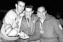 BRONZ. Kapitáni medailistů z olympiády v Innsbrucku 1964. Zleva stříbrný Švéd Sven Johansson, zlatý Sovět Boris Majorov a bronzový Vlastimil Bubník.