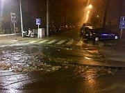 V brněnské Kotlářské ulici prasklo potrubí.