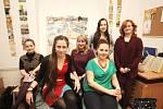 Redaktorka Deníku Rovnost Klára Čápová (druhá zleva) si na den vyzoušela práci tutora, který pomáhá studujícím cizincům.