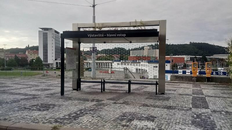 K přístřeškům s jednotnou podobou patří od loňska například ten na zastávce Výstaviště - hlavní vstup.