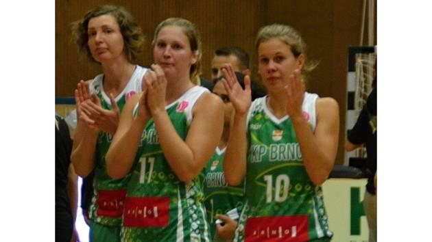 Basketbalistka Monika Satoranská (uprostřed).