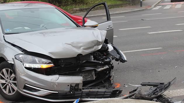 Srážka dvou aut omezila v pátek dopoledne provoz mezi ulicemi Milady Horákové a Koliště.