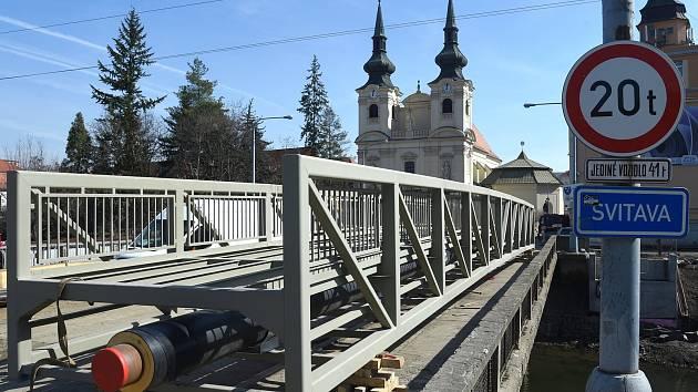 Instalace lávky pro pěší přes řeku Svitavu vedle Zábrdovického mostu.