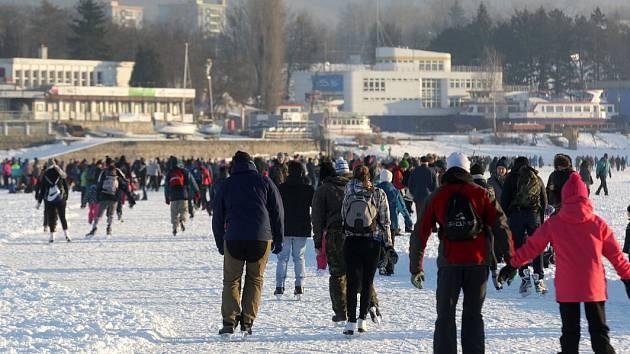 Bruslařskou dálnici na Brněnské přehradě využívají o víkendu davy lidí.