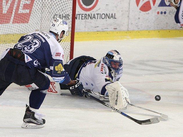 Hokejisté brněnské Komety (ve světlém) podlehli Plzni 4:5 po samostatných nájezdech.