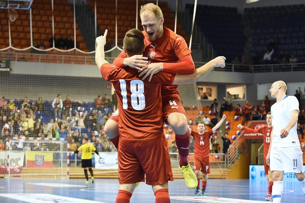 Brno 2.2.2020 - kvalifikační turnaj na futsalové MS 2020 - ČR 18 Tomáš Vnuk a 4 Radim Záruba (červená) Slovinsko (bílá)