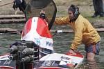 Závody motorových člunů na jedovnickém rybníku Olšovec.