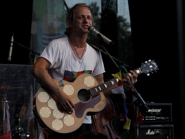 Písničkář Tomáš Klus patří na festivalu Hrady cz k ostříleným interpretům.