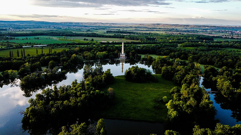 Zámek v Lednici, park i minaret vypadají kouzelně v každé roční i denní době. Západ slunce dodává oblíbeným panoramatům tajemný nádech.