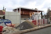 V městském parku ve Šlapanicích na Brněnsku roste nový dům, který nabídne kavárnu i knihovnu. Vedle něho vzniká hudební altán.