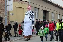 Průvod masek a krojovaných v brněnské Líšni.