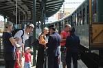 Lidé přišli na brněnské hlavní vlakové nádraží přihlížet jízdě parní lokomotivy. Cestující vezla do Kuřimi, kde mohli přihlížet také takzvanému zbrojení vodou.