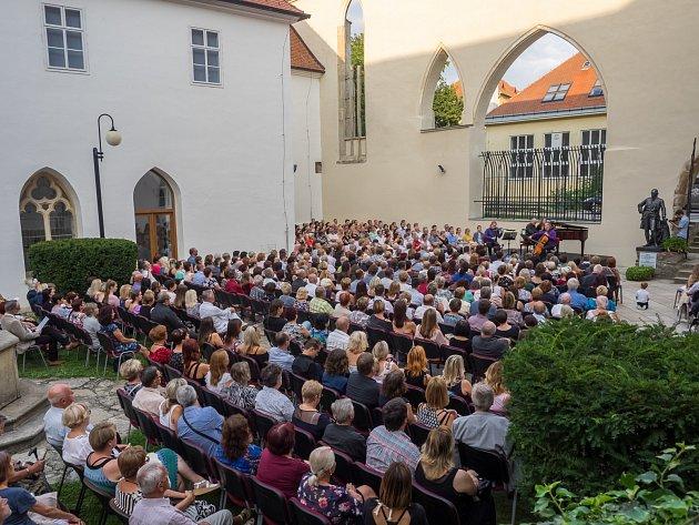 : Hudební festival Znojmo, který se letos koná 11.až 28.července, zavádí diváky na různá zajímavá místa ve Znojmě a okolí. Loni patron festivalu Pavel Šporcl účinkoval vminoritském klášteře ve Znojmě.