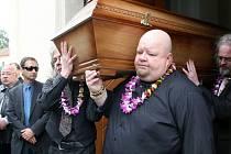 Téměř čtyři sta lidí se přišlo v sobotu naposledy rozloučit s čtyřčlennou vyvražděnou rodinou z brněnských Ivanovic.