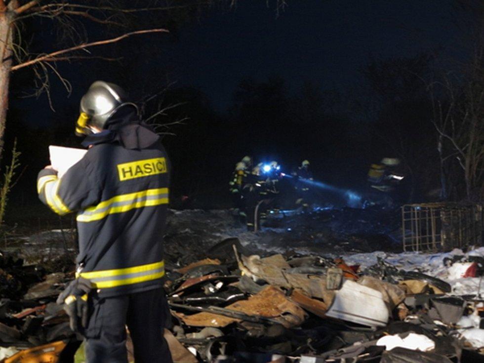 Strážníci společně se záchranáři vytáhli z chaty, která začala také hořet, silně podnapilý pár.