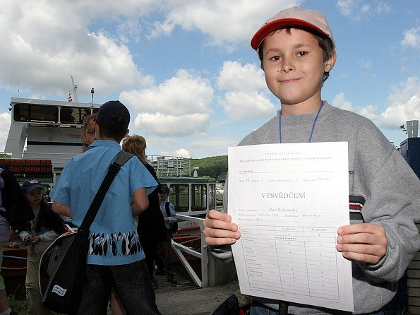Některé děti dostaly vysvědčení na lodi na brněnské přehradě