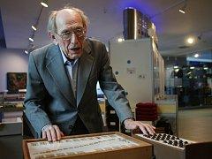 Technické muzeum v Brně zahájilo pondělní vernisáží novou výstavu s názvem Kdo je Josef Smýkal, která se začlení do zdejší expozice Kultura nevidomých.