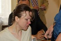 Klára Mauerová, matka týraných chlapců, vypovídá před soudem