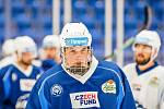 Obránce brněnské Komety Stanislav Svozil (s číslem 11) se upsal Columbusu Blue Jackets z NHL.