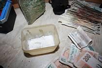 Kromě drog a peněz měl zatčený dealer pervitinu u sebe i nelegálně drženou pistoli. Drogy vařil v upravené bývalé prodejně v brněnské Líšni.