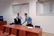 Podmíněný trest tři roky s odkladem na pět let dostal dnes u Okresního soudu Brno-venkov Slovák Tomáš Janiak, který se na internetu vydával za nezletilé dívky a nabízel za úplatu sex. Pak muže, kteří se na inzeráty ozvali, vydíral. Vylákal z nich přes mil