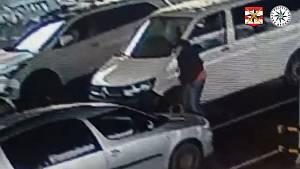 Při vykládání nákupu do auta padesátileté ženě v Brně nedávno zloděj ukradl kabelku i s peněženkou. Spolu s komplicem ho policisté za několik hodin vypátrali na základě kamerového záznamu.