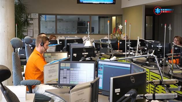 Jak pracují v operačním středisku, se rozhodli lidem ukázat jihomoravští záchranáři.