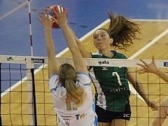 Americká volejbalistka Amanda Brownová (v zeleném).