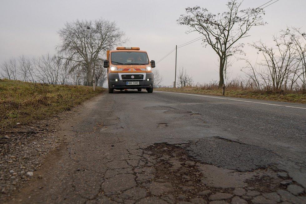Jihomoravským silničářům nynější zima dává zabrat. Náklady na údržbu jsou zatím o zhruba dvacet milionů vyšší než loni. Na začátku března cestáři provizorně lepili výtluky třeba mezi Pohořelicemi a Žabčicemi na Brněnsku.