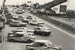 """Typický start závodu, kdy závodníci musí k autu nejdřív doběhnout. Byl zrušen, protože jezdci se """"zapomínali"""" připoutávat. Rok 1969."""