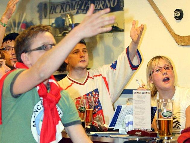 Brněnští fandové při utkání s USA ve sportbarech na Hybešově a Kometa pubu.