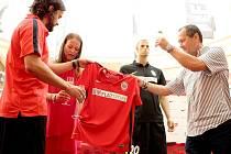 S novými dresy, novým generálním partnerem, gólovým útočníkem a hlavně s plány na lepší sezonu vstoupí fotbalisté Zbrojovky do nadcházejícího prvoligového ročníku. Ve středu brněnský klub představil změněný design dresů.