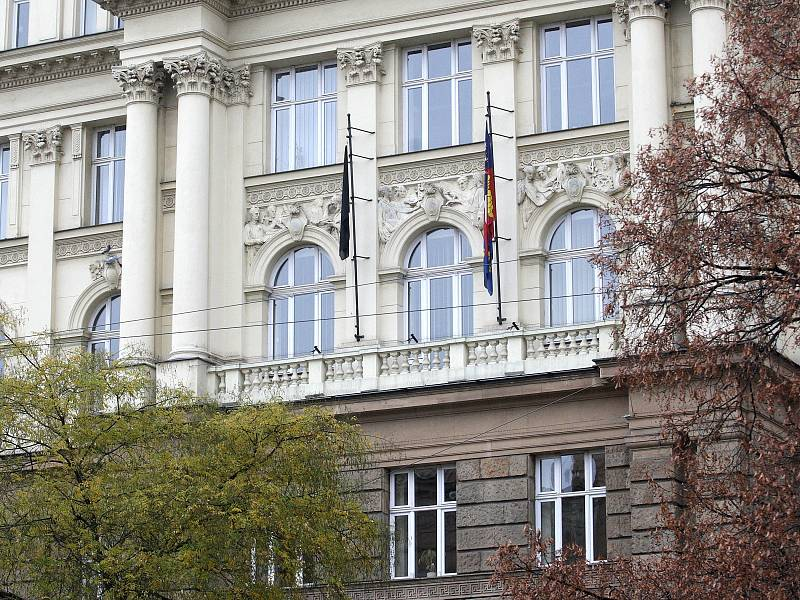 Projevy účasti a solidarity v Brně: zapálené svíčky a černé vlajky.