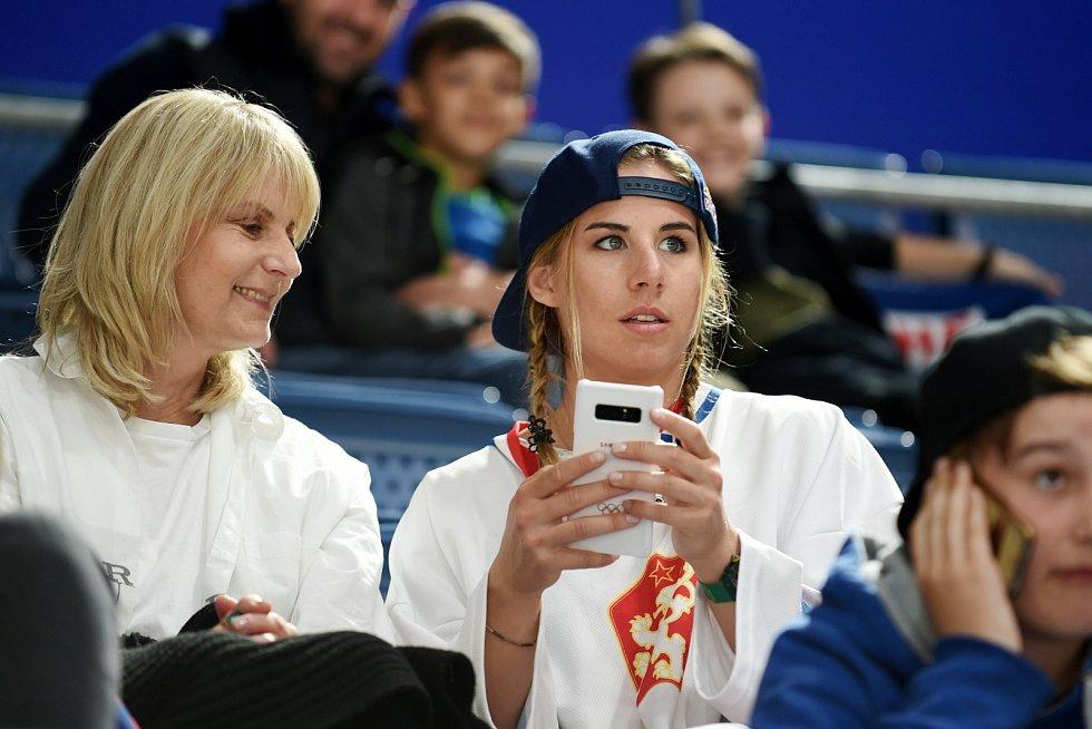 Dvojnásobná olympijská vítězka Ester Ledecká fandila české reprezentaci.