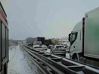 Kvůli sněhu a kamionům stála dálnice D1.