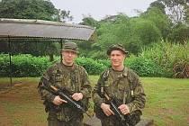 Studenti brněnské Univerzity obrany Petr Homola (vpravo) a Jiří Sedlák (vlevo) při vojenském výcviku ve Francouzské Guyaně čelili mnohým nebezpečím trénovali přežití v džungli.