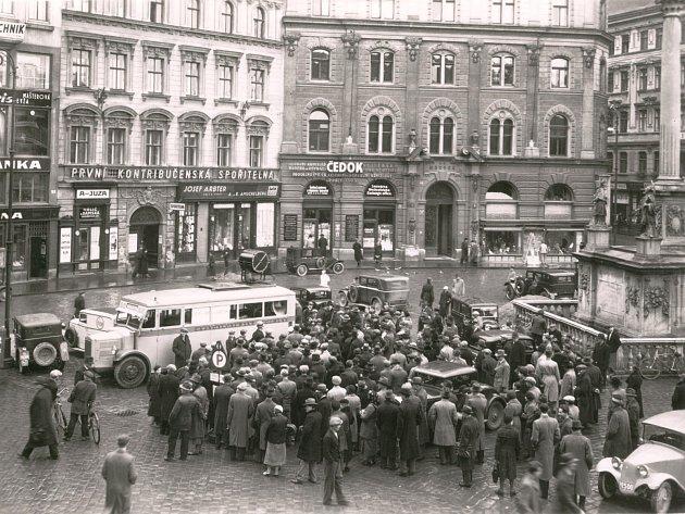 Hromadný poslech u rozhlasového auta v Brně v roce 1934.
