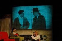 Komedie Woodyho Allena Zahraj to znovu, Same. Na snímku Jan Hrušinský a Miluše Šplechtová.