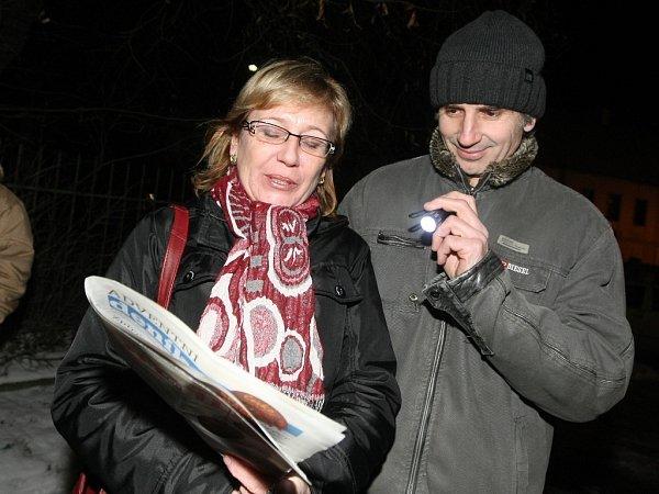 Krátce po šesté hodině večer zpívá koledy na náměstí vPohořelicích na Brněnsku asi sto padesát lidí pod vedením pohořelického sboru Mužáků.