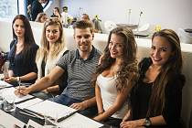 Tváří, chůzí i osobním kouzlem se v pondělí odpoledne mladé dívky a chlapci v obchodním centru Letmo v Brně snažili zaujmout porotu soutěže krásy Look Bella.