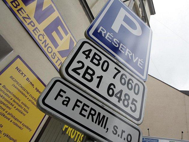 Manželé Čiháčkovi žádali o vyhrazené parkovací místo pro invalidy naproti svému domu. Nakonec je získali o třicet metrů dál, před hospodou. Podle úředníků to jinak nešlo.