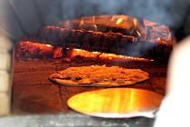 Desítka dětí s rodiči i samotní dospělí se na brněnském Hradě Veveří učili v peci vytápěné dřevem péct takzvané podplameníky.