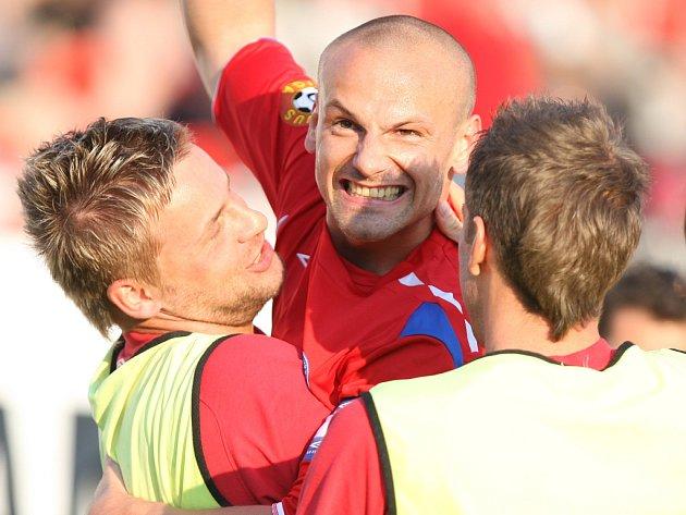 Zbyněk Pospěch s Tomášem Doškem (zleva) teď důvod k radosti zrovna nemají. Musí se poskládat na půlmilionovou pokutu od vedení 1. FC Brno.