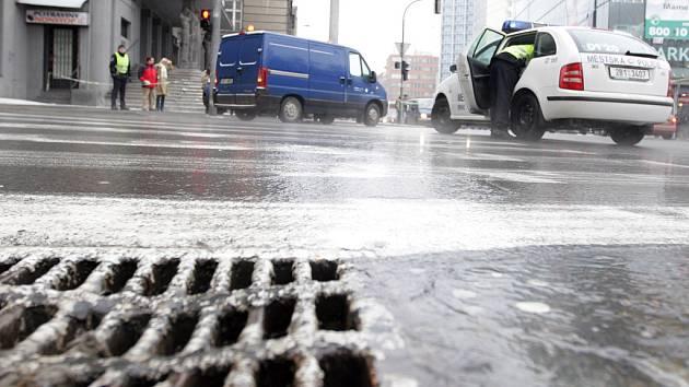 Voda valící se ulicemi v okolí Moravského náměstí