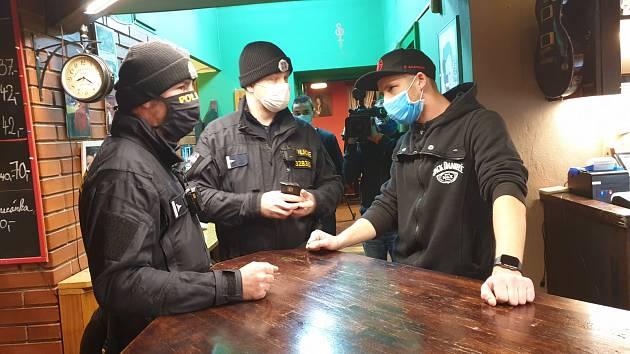 Majitel brněnského podniku U Sajmona pod Hájkem měl otevřeno i po osmé hodině. Na místě byla také policie.