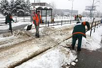 Zasněžené nástupní tramvajové ostrůvky.