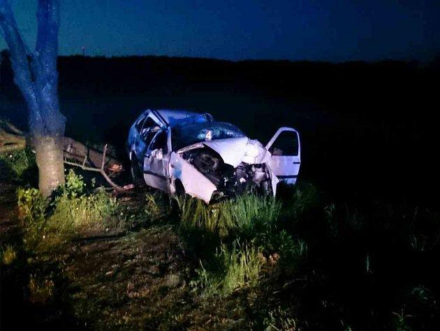 Tragický konec měla středeční jízda šedesátiletého řidiče vulici Dlážděná vbrněnském Žebětíně. Vpravotočivé zatáčce směrem na Veselku dostalo vozidlo smyk, přerazilo strom, odruhý se otřelo a skočilo vpoli. Řidič na místě zemřel.