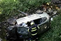 Nepříjemné čtvrteční ráno měl majitel auta, které skončilo v potoce v Řikoníně na Brněnsku. Z vody musel vozidlo vytáhnout až jeřáb, přivolaní hasiči však řidiče nenašli.